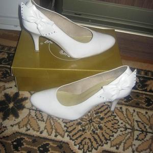 Продам красивые белые свадебные туфли